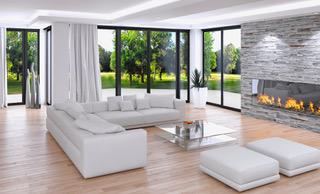 Helles geräumiges Wohnzimmer mit Kamin